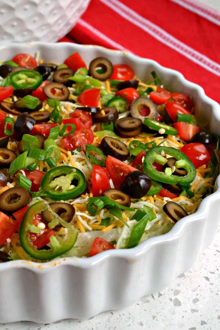 Für eine kohlenhydratarme Option servieren Sie diesen Taco Dip mit Selleriestangen, Karottenstangen oder Gurkenrunden.