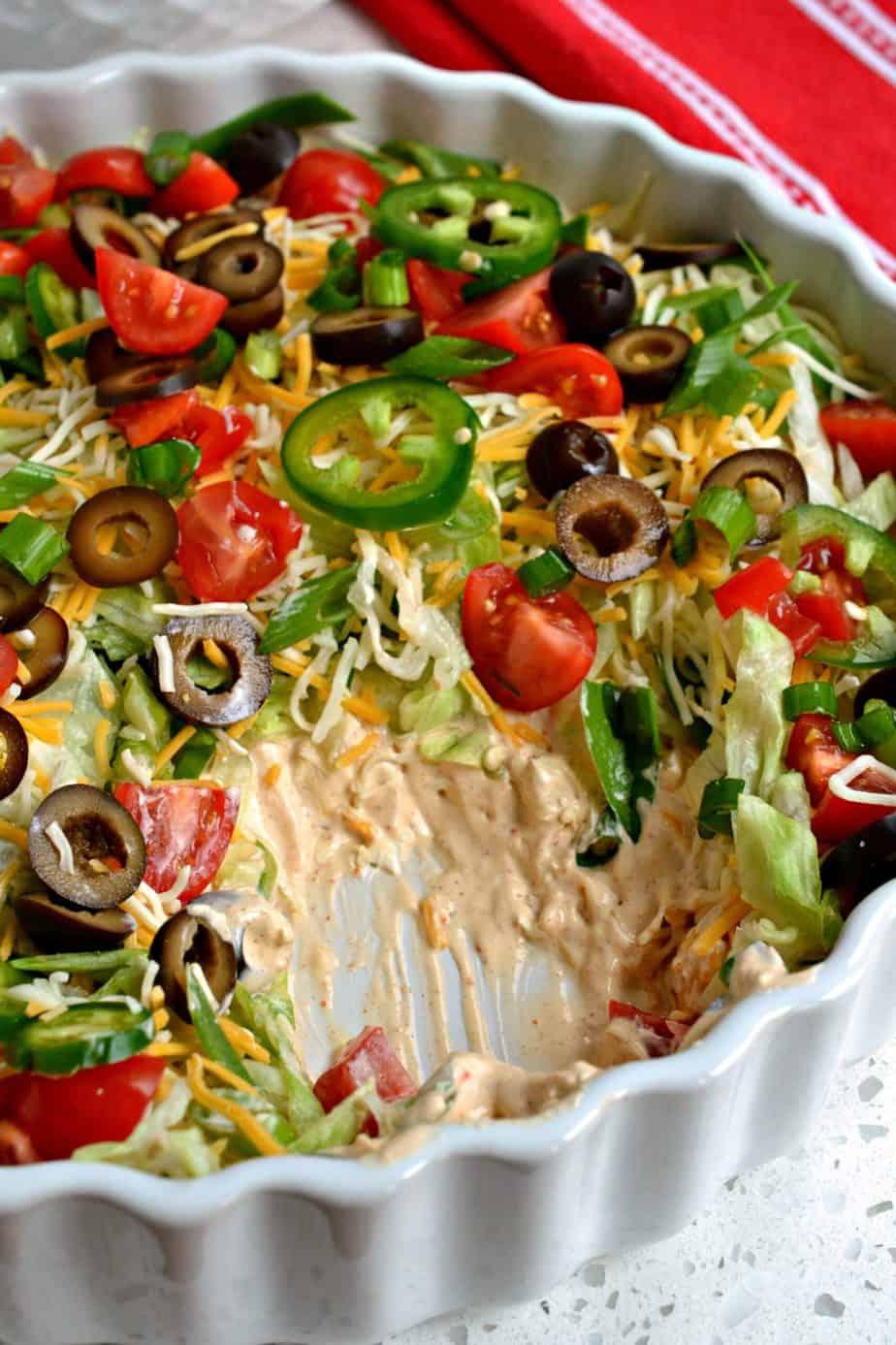 Dieser Taco Dip ist immer ein großer Erfolg bei Potlucks, Familientreffen und Weihnachtsfeiern.