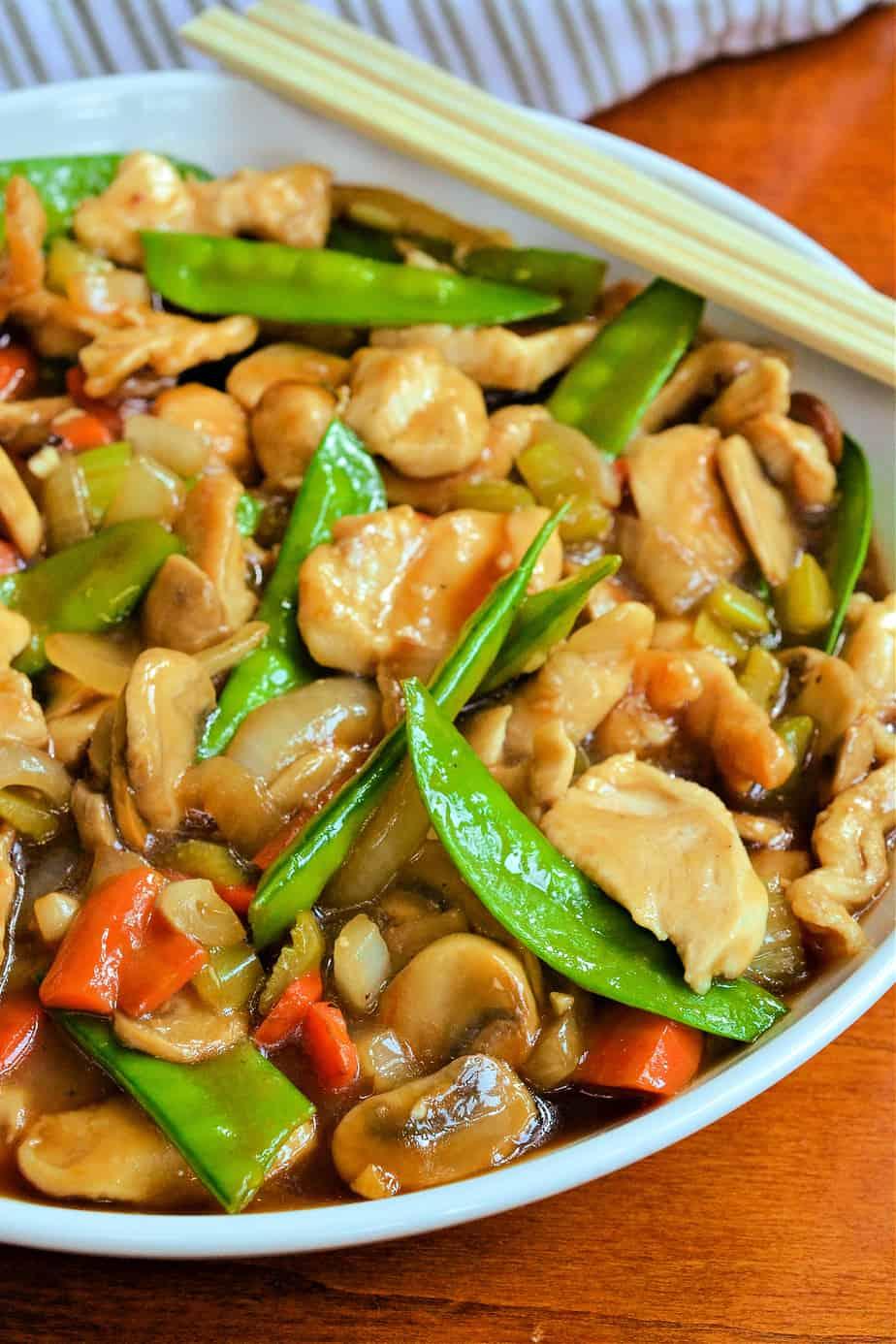 A skillet full of chicken chop suey.